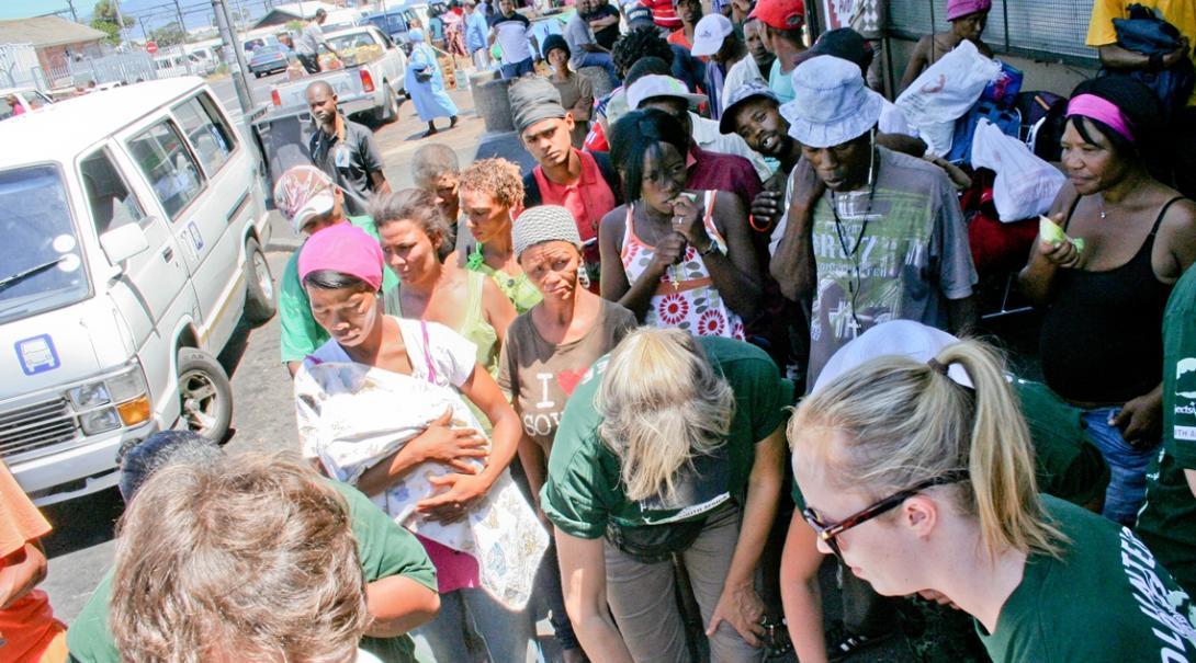南アフリカ共和国の支援を求める貧困層の人々